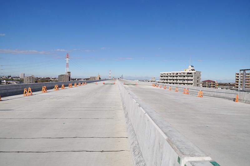 外環葛飾大橋の道路上。未舗装の状態。三郷南IC方面を見ている