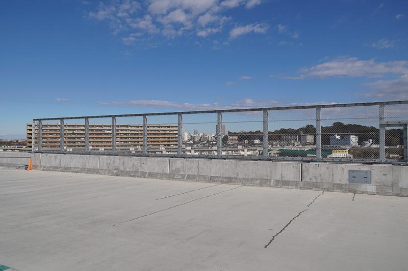 この下に国道6号とJR常磐線が走るため防護柵がある