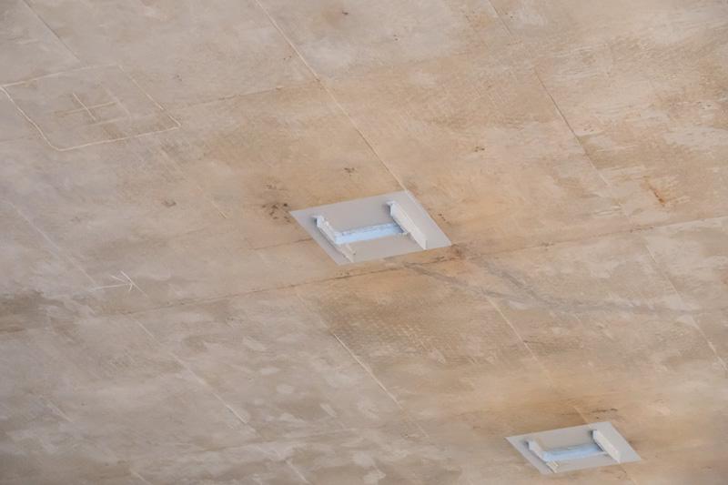 トンネル作成時に鉄骨の支柱を切り離した跡が天井に残っている