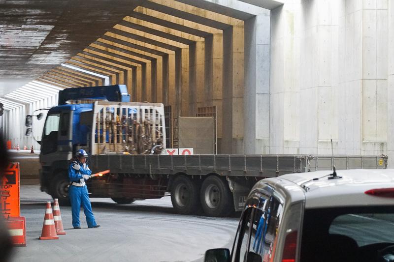 工事車両はトンネル部を通行しているので渋滞気味
