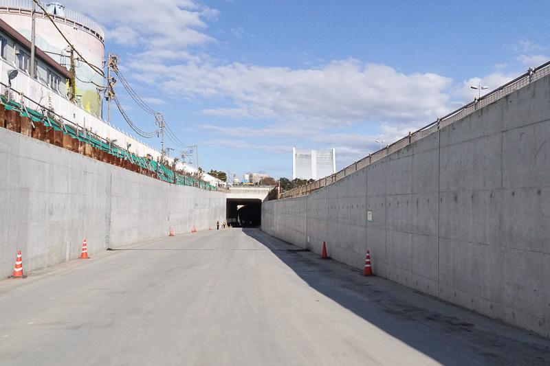 東京港トンネル工事、国道357号東行き側の開口部。緩やかに下がっている