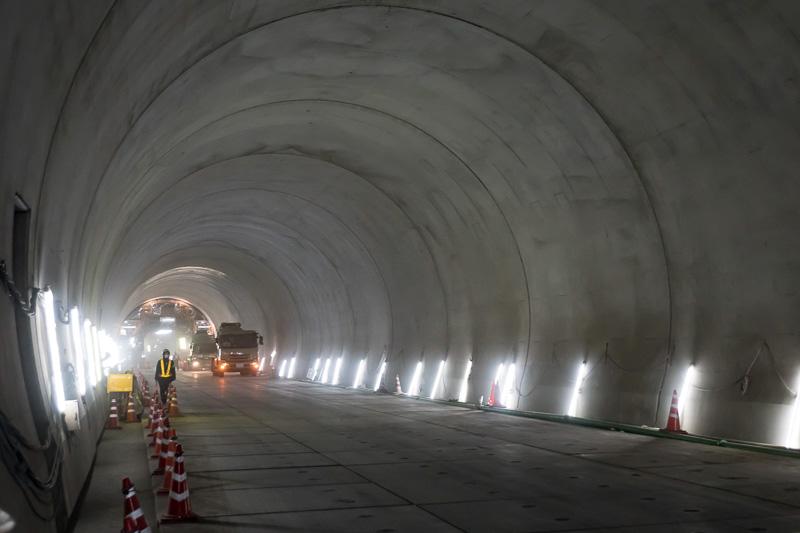 トンネル内部。掘削している方向を見ている