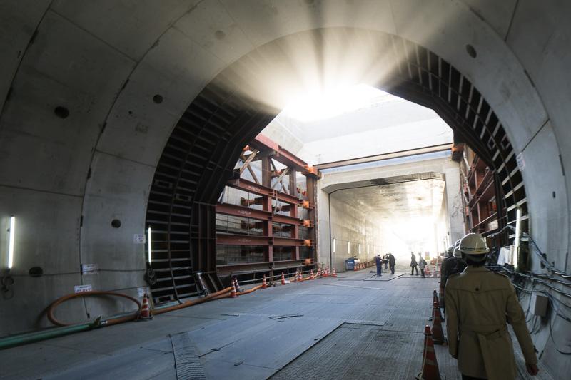 トンネル内部。入口方向を見ている。日の光が幻想的に見える