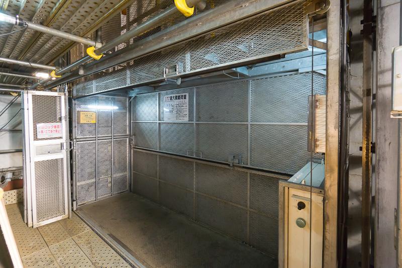 人が乗る工事用エレベータ。最大積載量は900kgで定員は10名