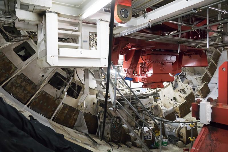 立坑の下ではちょうどシールドマシンを組み上げたばかり。シールドマシンの背面