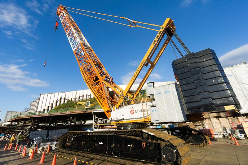 日立住友重機械建機クレーンの大型クレーン「6000SLX」。最大吊り上げ荷重は500t。大型クレーンとしてはコンパクトで可搬性にも富む。プラント建設で活躍する
