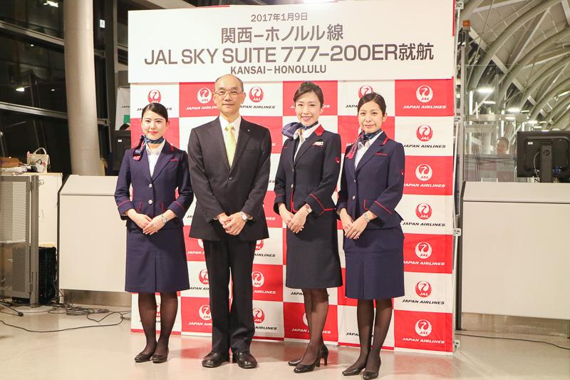 初便となるJL792便の出発前には、関空の国際線30番ゲート前で就航セレモニーを開催。日本航空株式会社の関西空港支店長である田中順二氏(左から2番目)が挨拶した