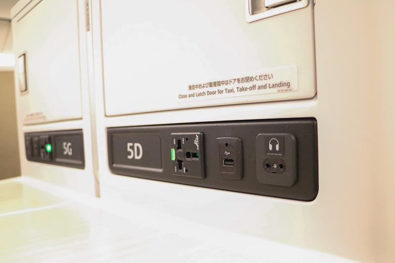 ユニバーサルAC電源、USBポート、ヘッドフォン端子が備えられている