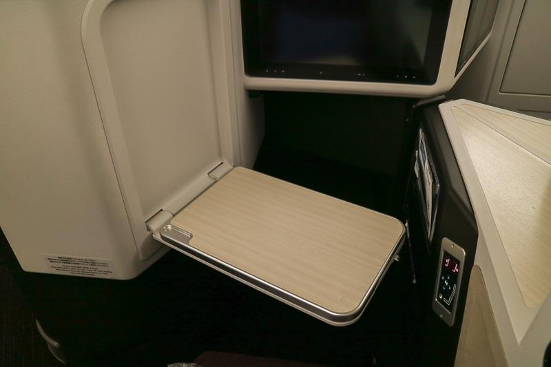 折り畳み式のテーブルは引き出したあと、スライドして位置を調整できる