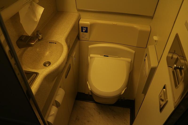 ビジネスクラスの3カ所のラバトリーでは温水洗浄便座が装備されている