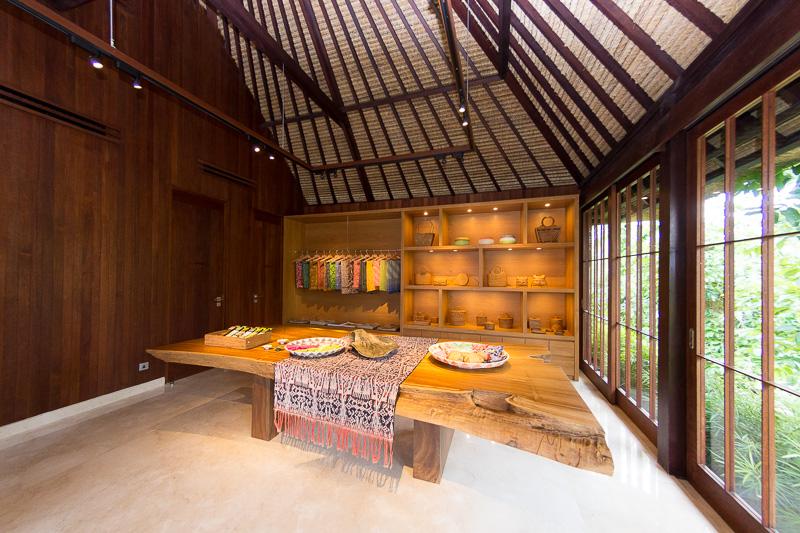 レセプションのそばにあるショップでは、バリの伝統工芸品などを販売