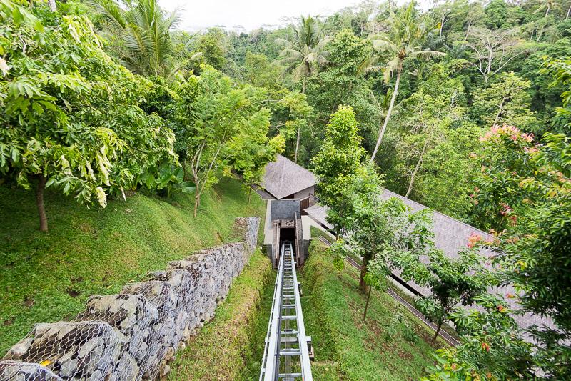 スパへと向かうスロープカー。見晴らしのよい格子状のスロープカーで、谷に広がるジャングルを見渡しながらスパの部屋へ迎える