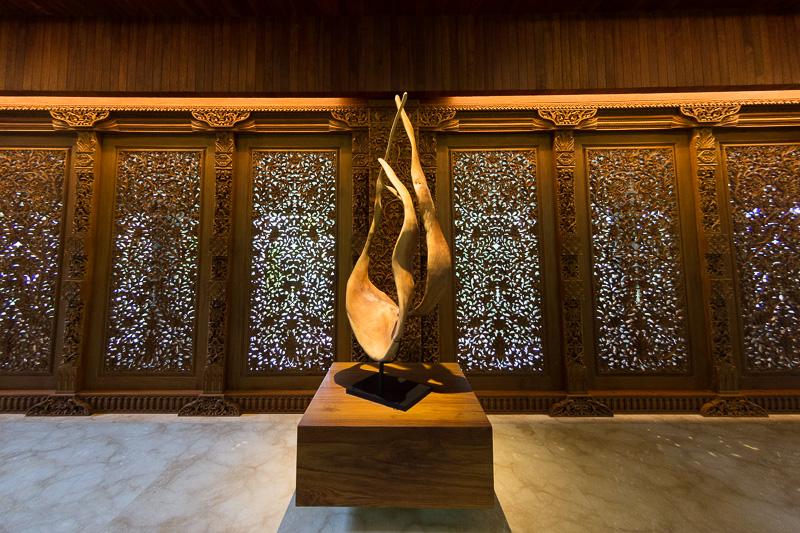 カービングが施された壁やオブジェが神秘的な雰囲気を醸し出している。カービングは地元の伝統技術で繊細な作り