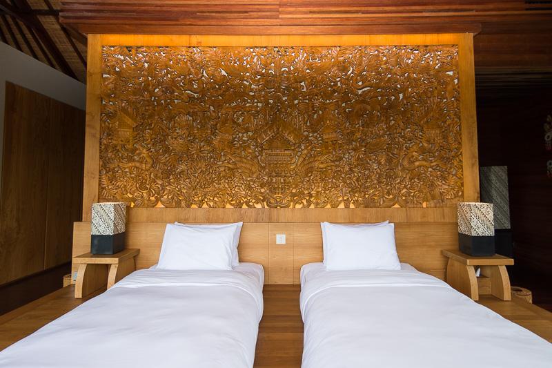 ヴィラ・ジャラクの寝室。壁面のカービングが印象的