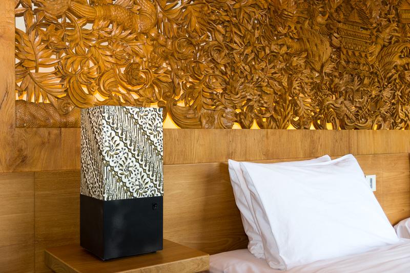 インドネシア伝統の布地「バティック」を使ったベッドサイドライト