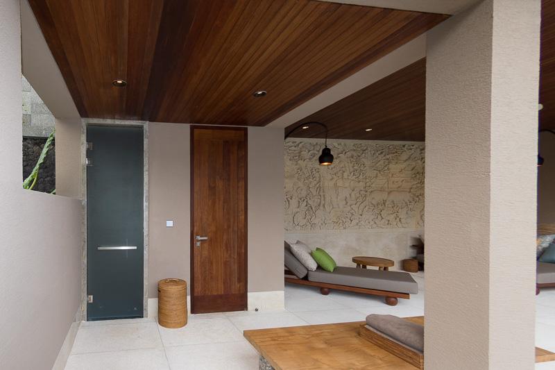ヴィラ・ブランは2階部分が入り口、寝室、バスルームといったいわば居住空間となっており、1階はプールサイドリビングのみとなっている