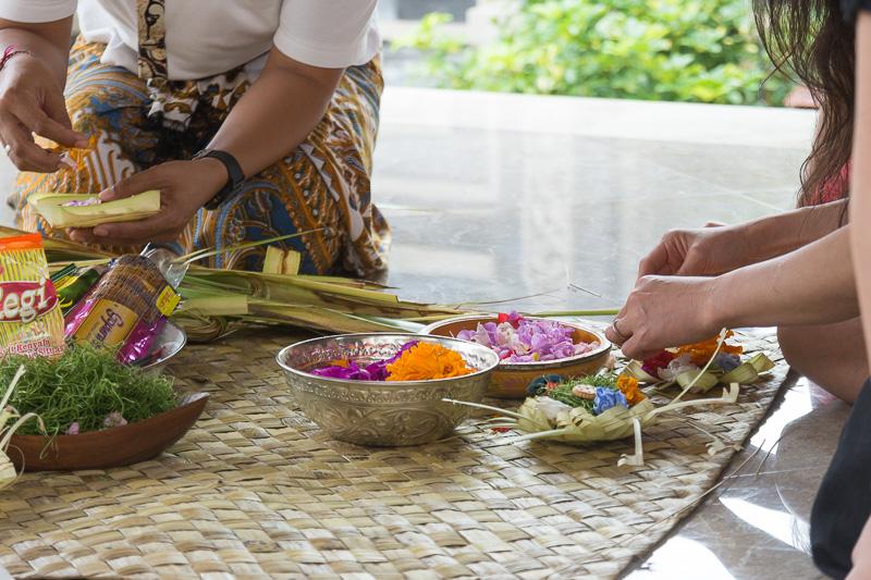 バリの至るところで見かける「チャナン」は葉で作った器に花やお菓子などを乗せて作るお供えもの。丁寧に作り方を教えてもらえる