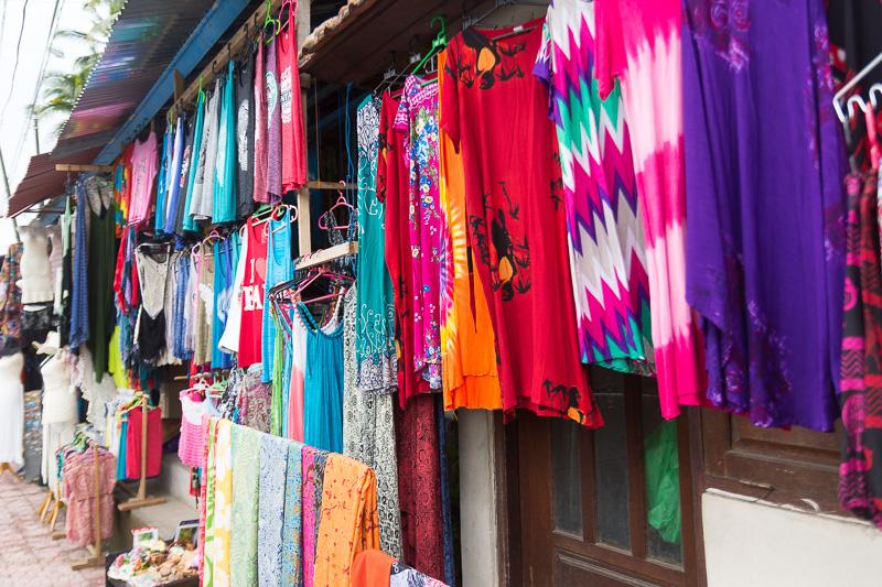 テガララン周辺は衣類を販売するショップが多かった。こうした手芸品のほか、工芸品やコーヒーなどもウブド中心部からテガラランへの道中の見どころだ