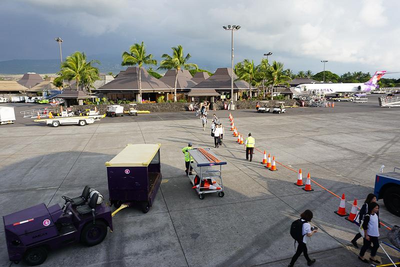 決して大きい空港ではないが、オープンで南国の雰囲気が楽しめるコナ空港