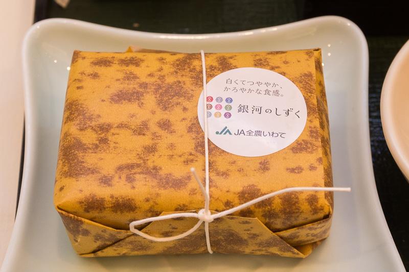 岩手県発の特A米となった「銀河のしずく」の俵ご飯を1カ月とおして提供。過去にはJALの国際線ファーストクラスラウンジやサクララウンジで提供したこともある