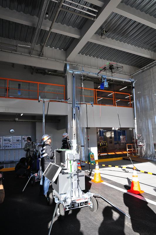 橋脚の底面などを確認するために設計されたドローン。長時間の動作を実現するために有線でドローンに電源を供給することに加え、橋脚に設けられた遮音壁などを乗り越えるために背の高いアームを、同時に目視できないところで飛行するドローンの状況を確認するためのカメラなどユニークな構成となっている