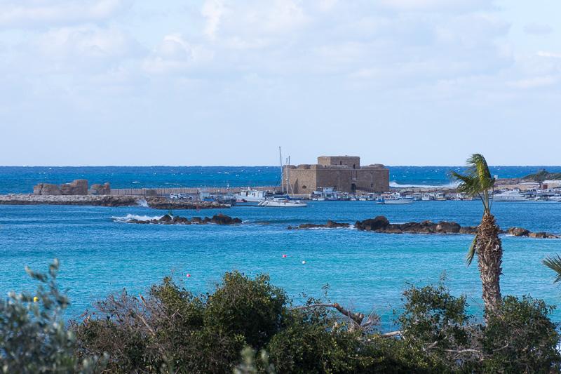 パフォスの海岸に建つ中世の「要塞跡(Medieval Fort of Pafos)」。「パフォス城」とも呼ばれる
