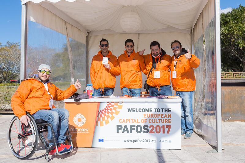 パフォス市内にインフォメーションデスクとしてブースを設け、パンフレットなどを配布。彼らはボランティアスタッフだという