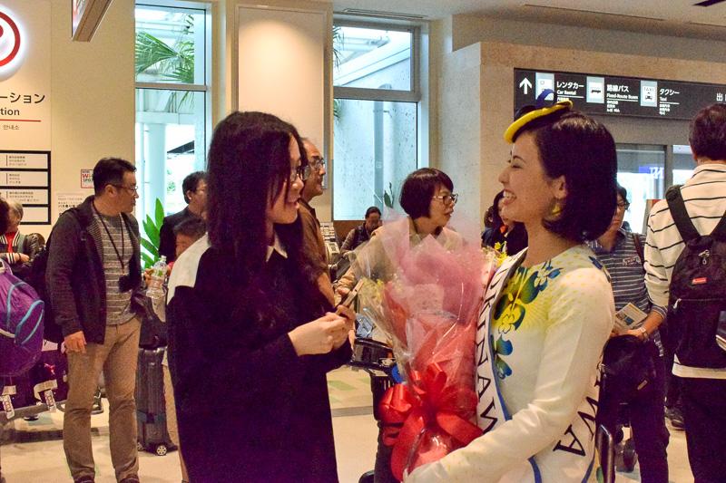 セレモニー終了後もミス沖縄の島袋さんと話に花が咲くツアー参加者のティファニーさん