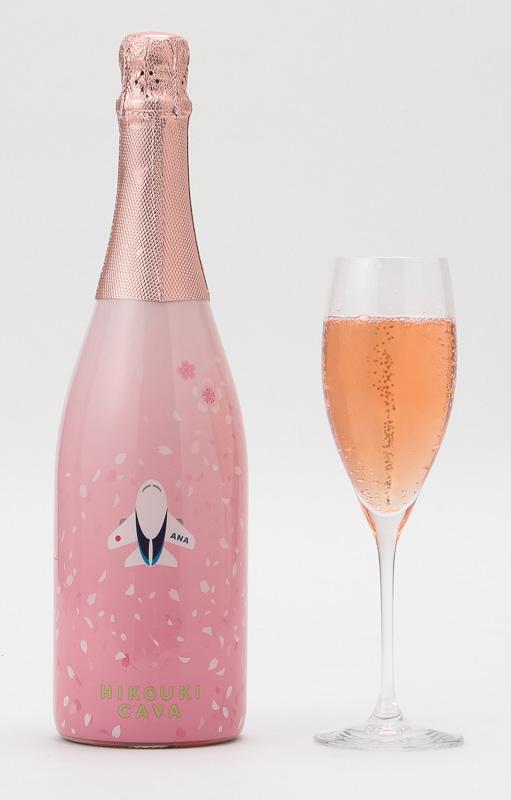全日空商事はANAオリジナルボトルのスパークリングワイン「HIKOUKI CAVA」の第3弾「桜」の予約販売を開始した