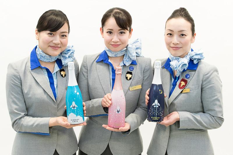 第1弾の「HIKOUKI CAVA【2013】」、第2弾の「HIKOUKI CAVA(星空)【2014】」も販売継続中。歴代3本のセットは8400円(ANAカードでの購入は7980円)