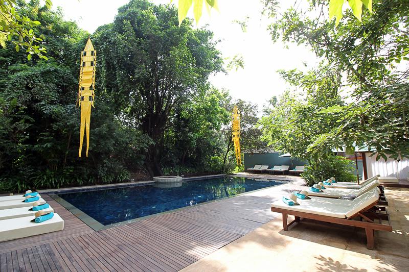 日差しがあふれるプール。プールサイドで朝食を食べることもできる