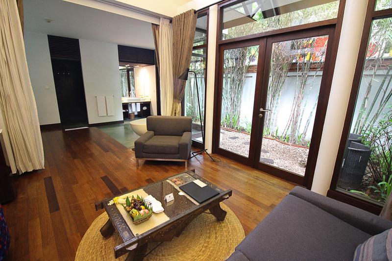 「ヘリテージスイーツホテル」の「バンガロースイート」はリビングからベッドスペースまでは広い1部屋で、庭もある