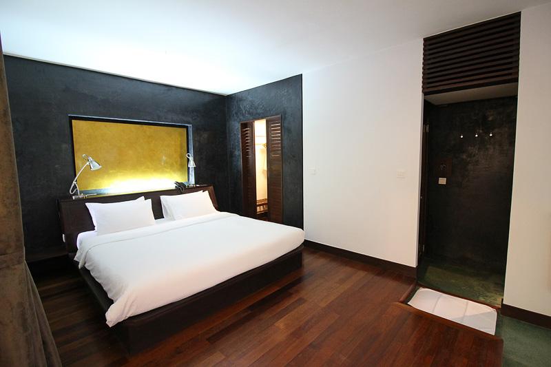 「バンガロースイート」の室内。ベッドスペースの奥にはクローゼット。セキュリティボックスも設置されている