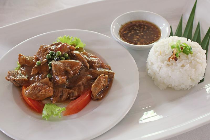 フルーティなコショウが特徴の「牛肉の伝統料理ロックラック(Traditional Beef Lok Lak)」
