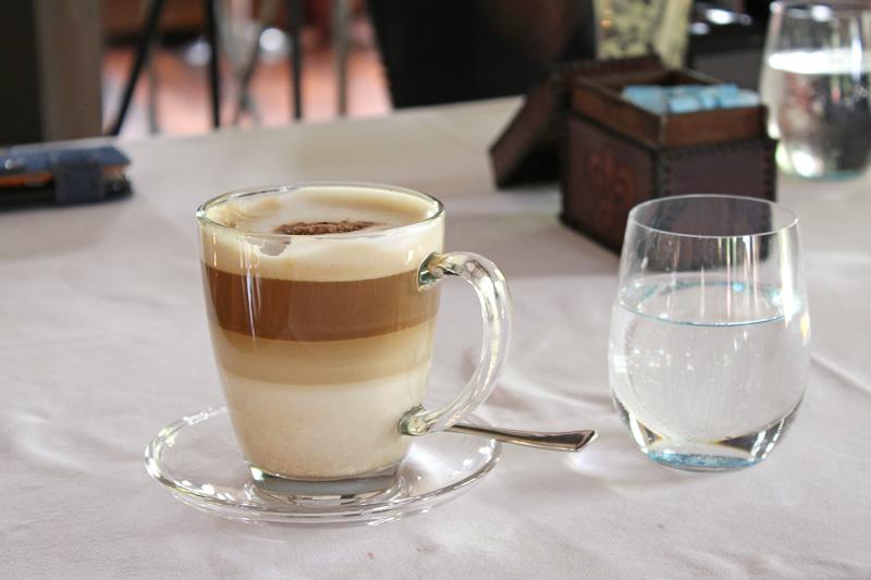 食後に頼んだカプチーノ。コーヒーはどれも美味しかった