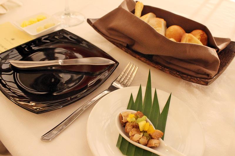 「THE SIGNATURE MENU」の前菜として出されたパンと、角煮とフルーツのカクテル
