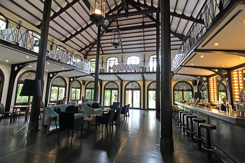 1階はラウンジ、レストラン、バーを兼ねたスペース