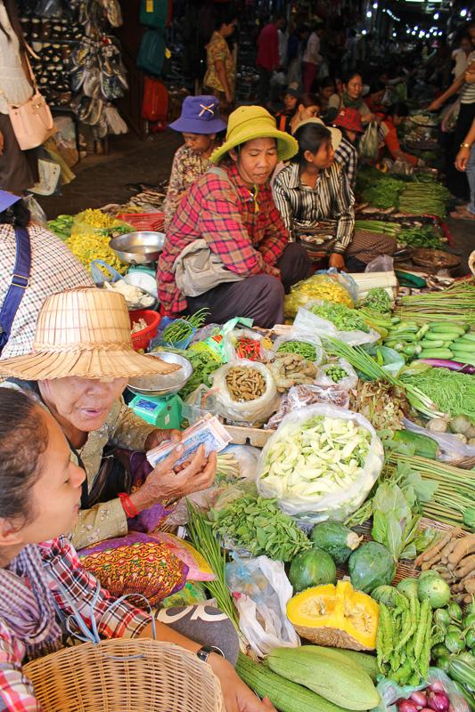 野菜は栽培している農家が市場に持ち込む新鮮なもの。ハーブも多い