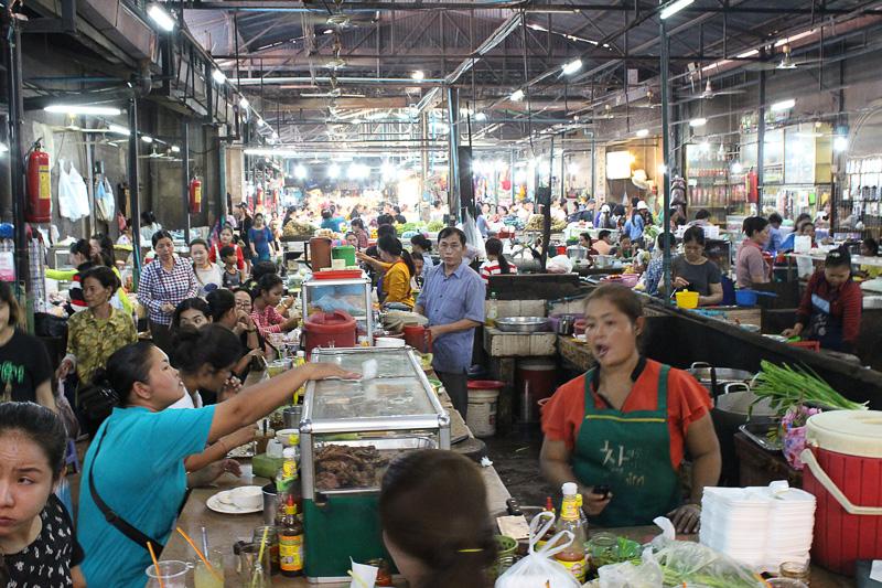 食堂のスペースも地元の人々で大盛況