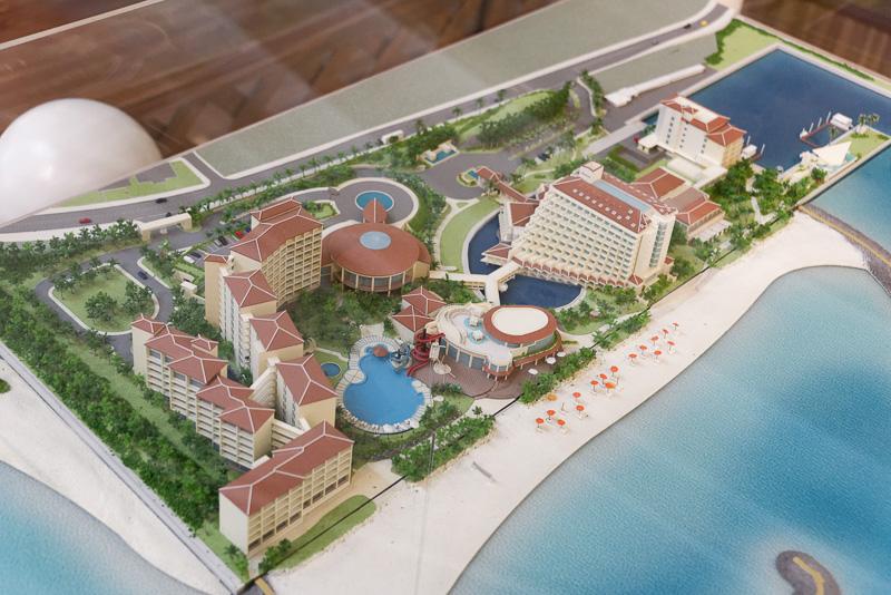 全施設が完成した場合の再現模型。中央やや右の独特な形の建物が本館。右上のマリーナに建っているのが新客室棟。左下のプールとその手前一帯の建物は1月25日時点でまだ未完成となっている