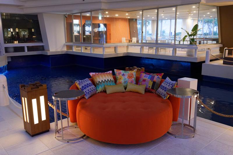 「アトリウムラウンジ」にはソファがいくつも配置され、ゆったりと過ごせる