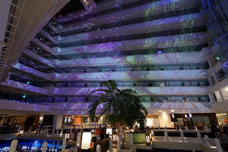 この吹き抜けではプロジェクションマッピングと噴水によるナイトショー「サンマリーナ音と光のファンタジー」が毎晩開催される(19時15分~、20時15分~の2回)