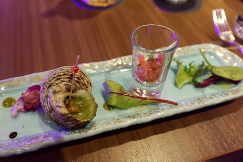 「ザ・グリル」のメニューの一例。島サザエのアオサバター焼きと県産鮪のタルタル