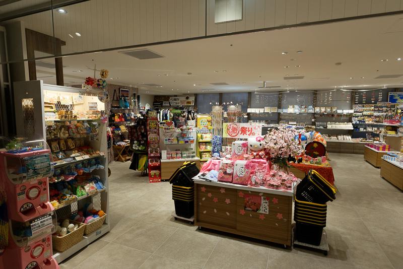 ロビー近くには沖縄の特産品などを購入できるスーベニアショップも複数ある