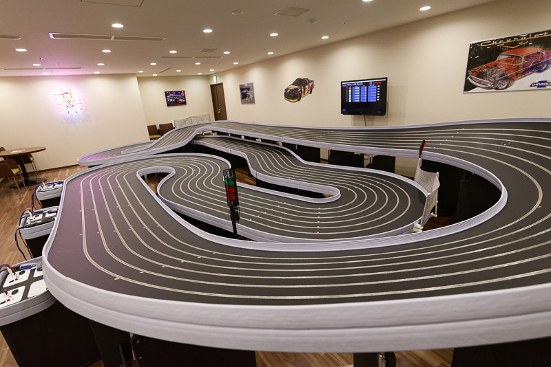 巨大なスロットレーシングのサーキット「サンマリーナサーキット」でバトル!