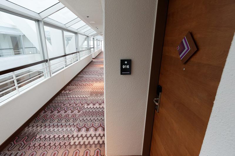 サンルームのような9階最上階の廊下
