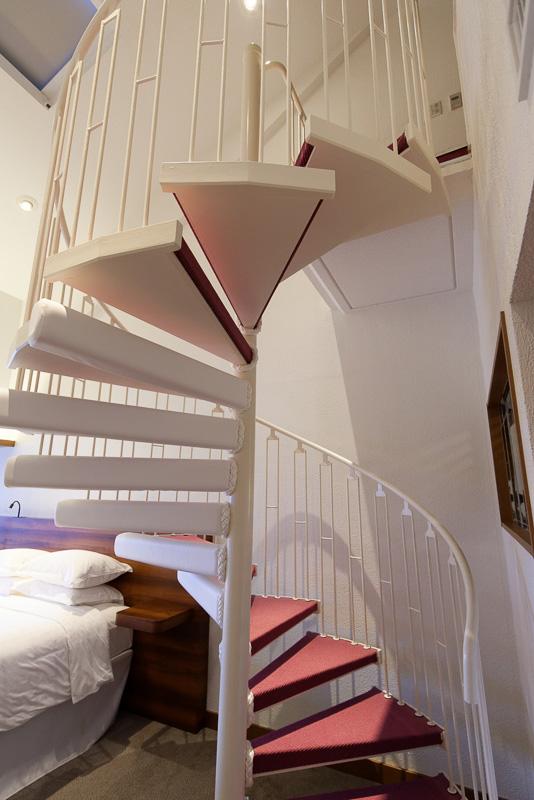 らせん階段で上る上階。テレビもある