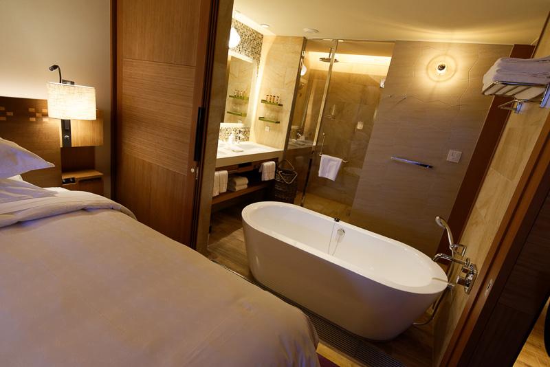 1階の部屋となる「ラナイ ツイン」。バスルームとベッドルームが開閉式の扉でつながっている