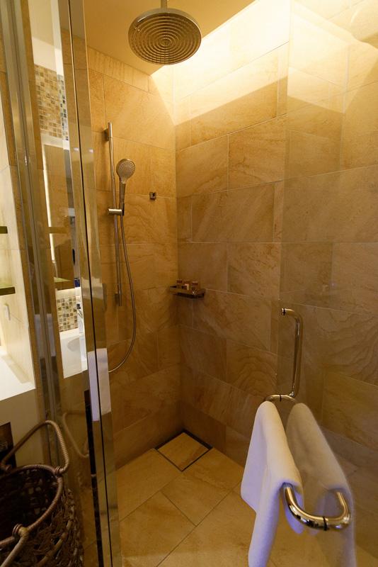 バストイレ別で、シャワールームも完備