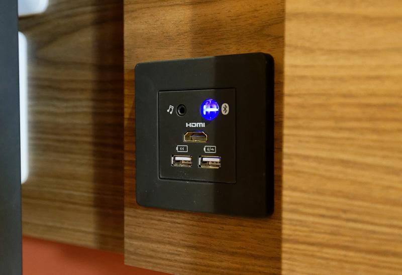 壁面に室内テレビへのHDMI入力、充電用USB端子などが装備。浴室スピーカーとスマートフォンなどを接続できるBluetooth機能もある